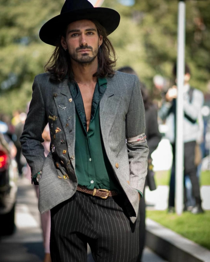 pantalon aux rayures, chapeau noir, chemise verte, veste grise, mode hippie chic pour homme