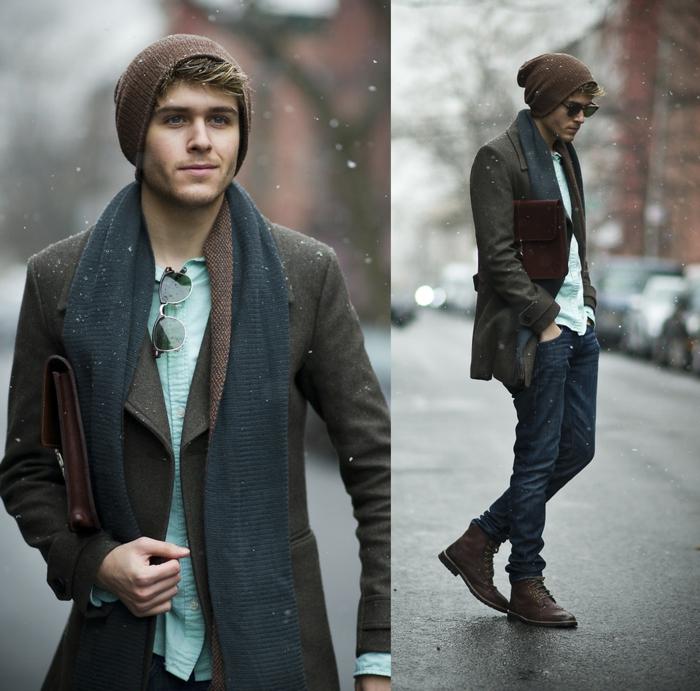 vetement stylé homme, bonnet tricoté, écharpe grise, manteau en laine marron, sac enveloppe en cuir marron