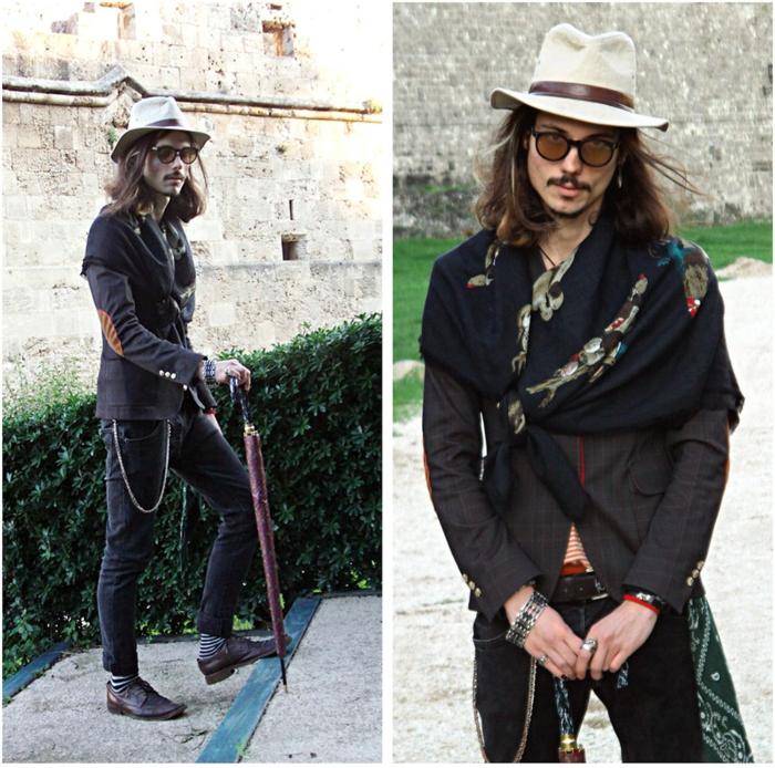 look bohème chic homme, grande écharpe nouée, chapeau blanc, veste, chaussettes rayées, parapluie