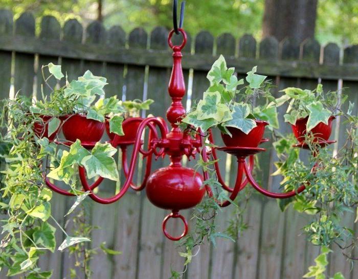 plafonnier suspendu rouge avec des plantes grimpantes, cloture en bois, déco récup de jardin
