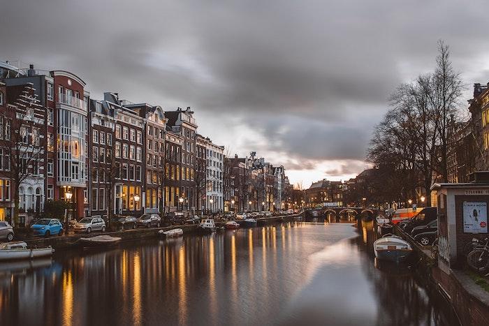 Amsterdam canals au coucher de soleil photo de paysage urbain, image paysage ville, cool idée d'image inspiratrice