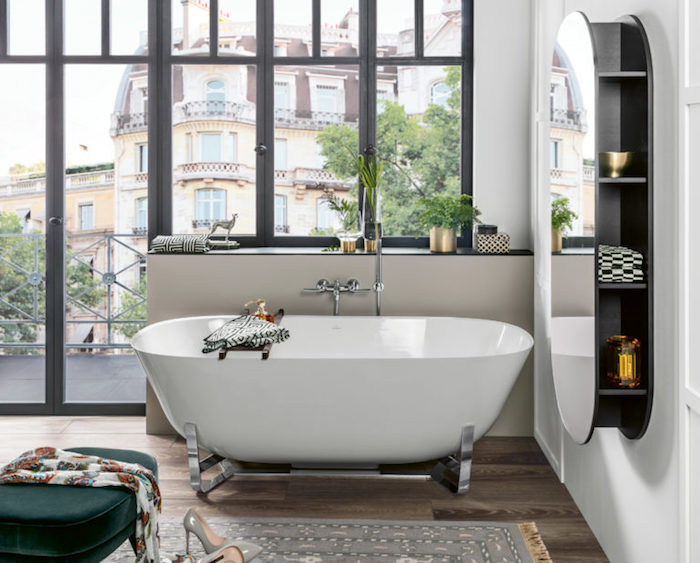 Salle de bain design art déco et Bauhaus, plantes vertes, baignoire classique, miroir avec rangement