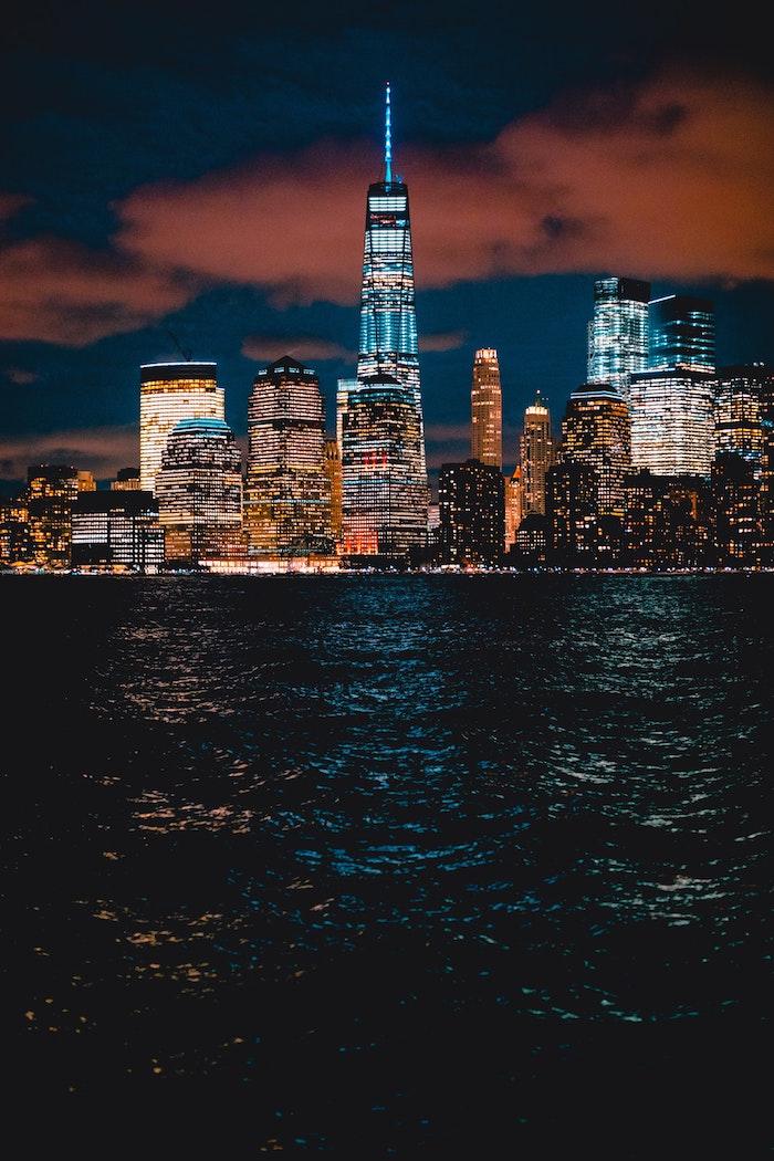 Mer et bâtiments illuminés paysage fantastique, paysage urbain, la ville la plus belle du monde