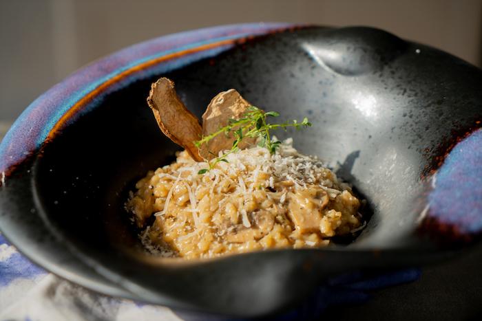 risotto parmesan aux champignons a cuire soi meme avec du parmesan râpé en top et champignons séchés en top