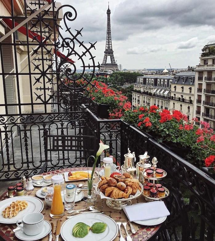 image inspirante petit dejeuner sur balcon avec vue sur paris et la tour eiffel, fond ecran paysage original