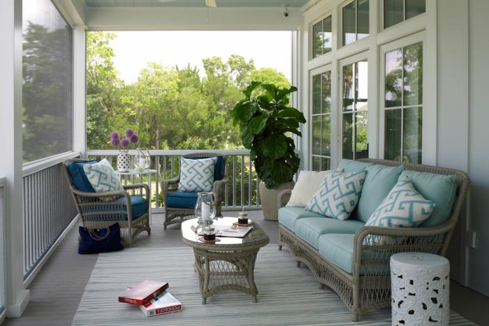 deco veranda blanche, table de salon basse, sofa en rotin, chaises d'extérieur, porte-fenêtre