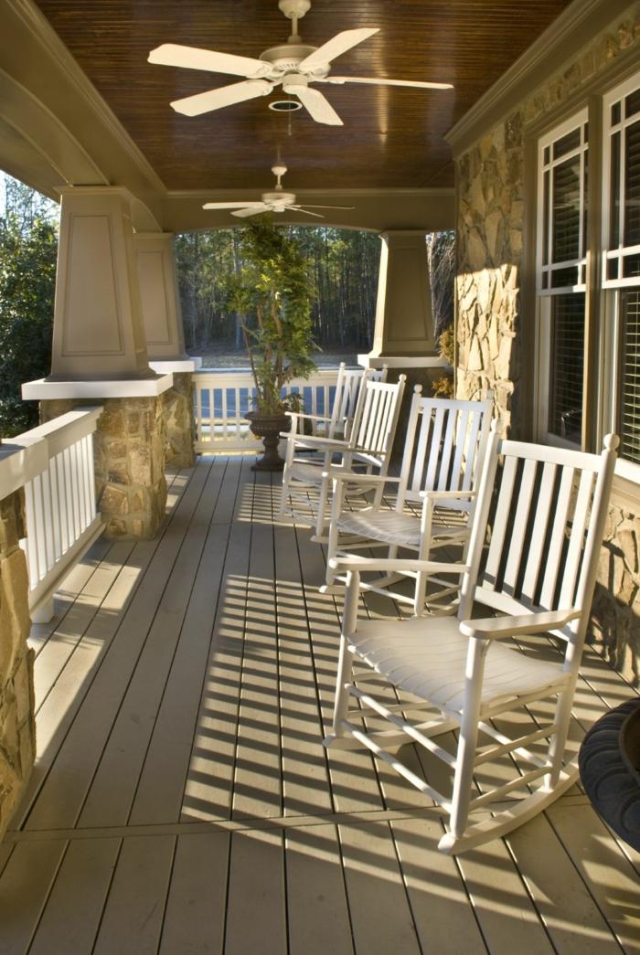 terrasse en bois, lampes ventilateur, chaises blanches, veranda ouverte, construire une veranda
