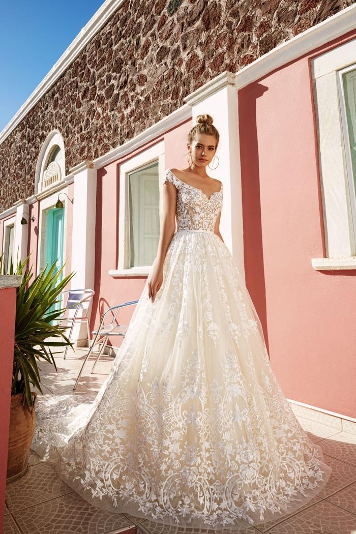 Silhouette princesse dentelle decollete coeur avec épaules dénudées, robe de mariée princesse 2019, tendances longue robe en dentelle