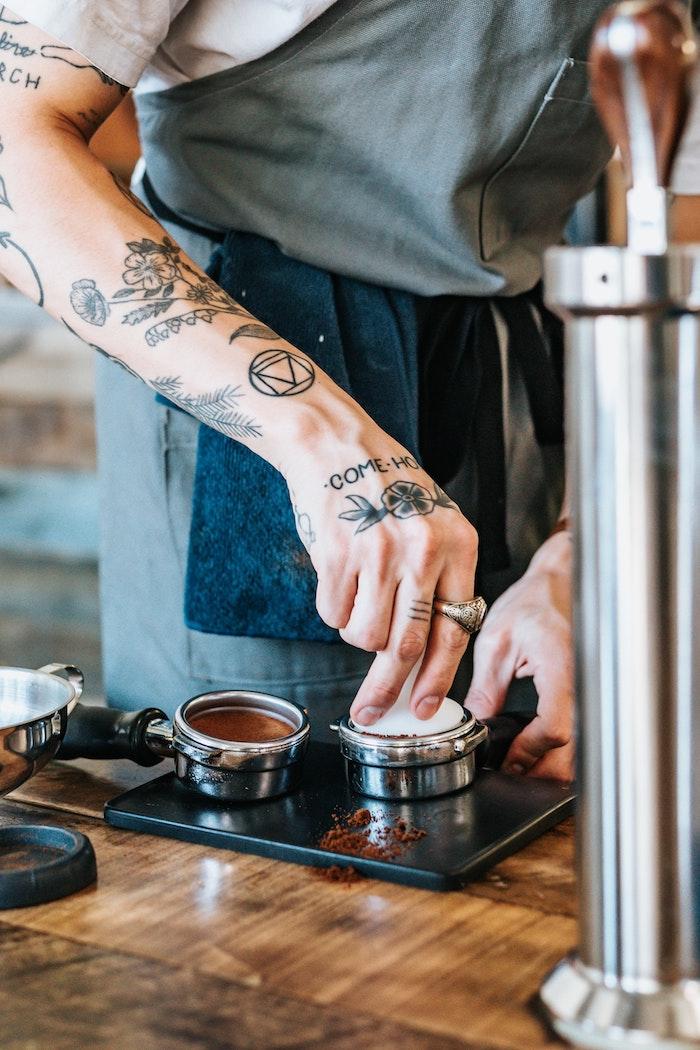 Tatouages sur la main, tatouage avant-bras et épaule, barista qui prépare un bon café, dessin tatouage phrase, tatouage swag, modèle à choisir