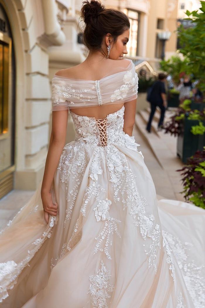 Se sentir comme une personne royale dans une robe de mariée de princesse de luxe, choix de modèle de robe pour mariage