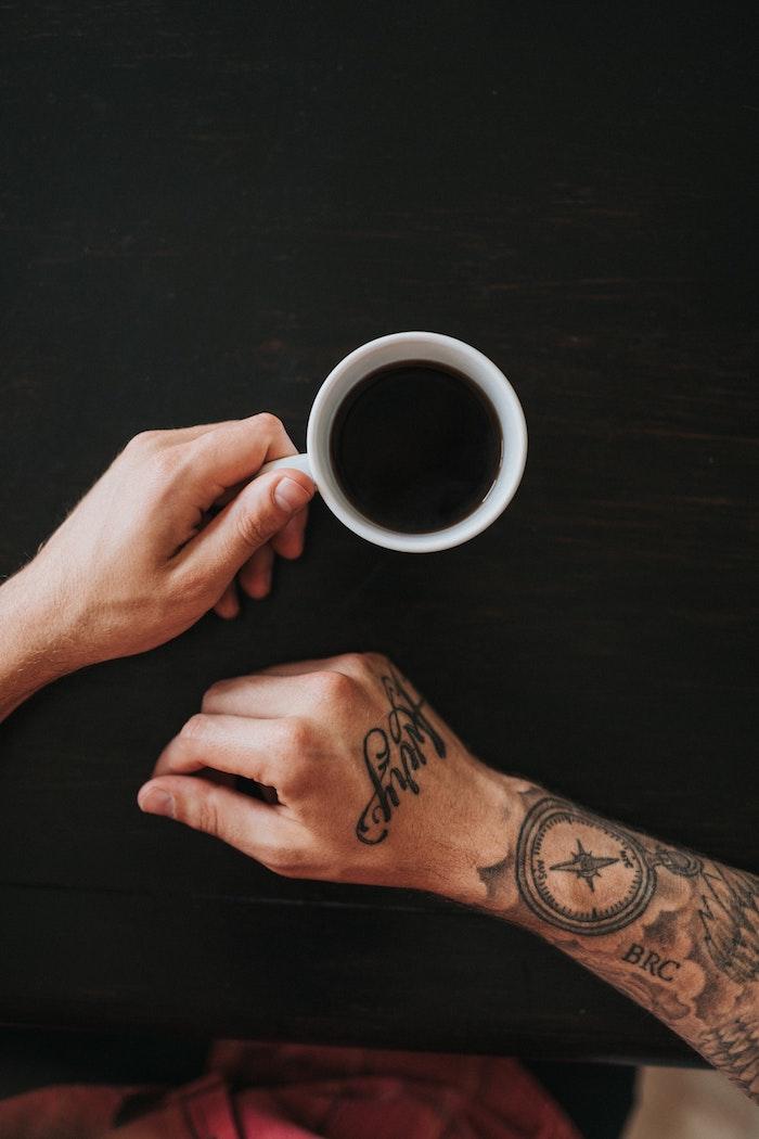 Main tatouage compas, tatouages manchette swag modele tatouage, idée quel tatouage est pour moi, mains qui tiennent une tasse à café