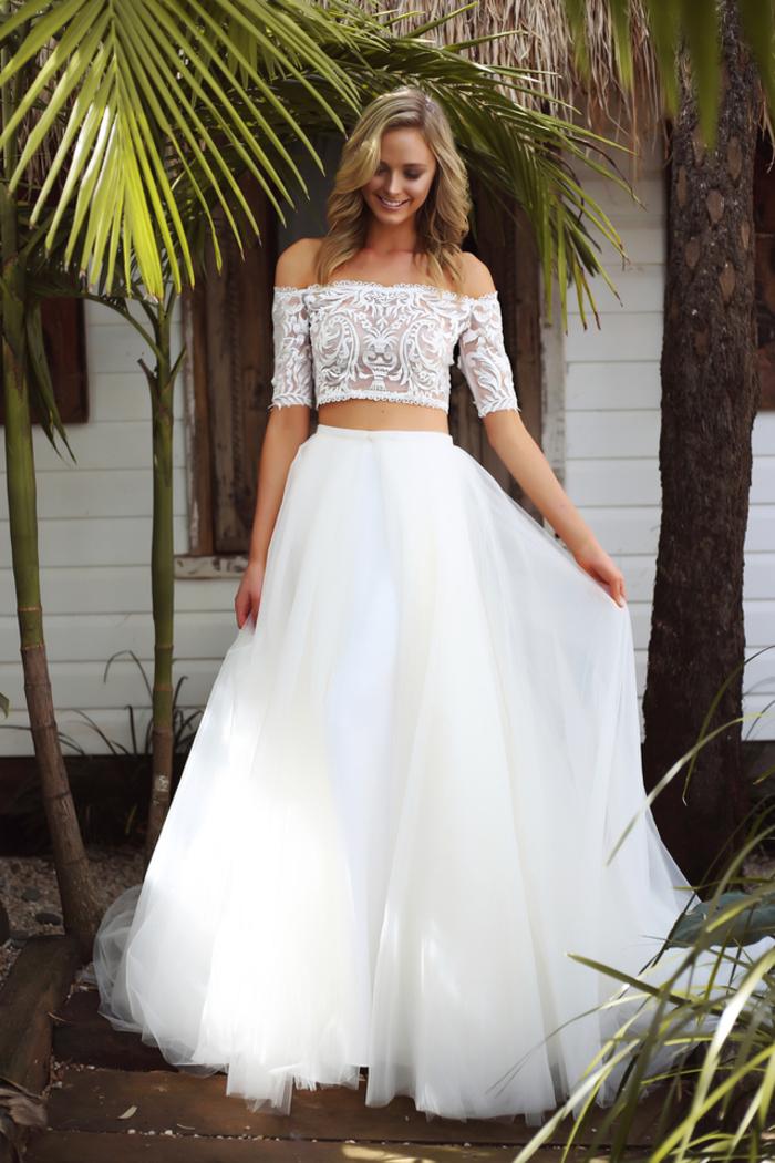 Robe en deux pièces haut dentelle avec épaules dénudées, jupe taille haute, robe de mariée de princesse, belle femme en robe de princesse chic