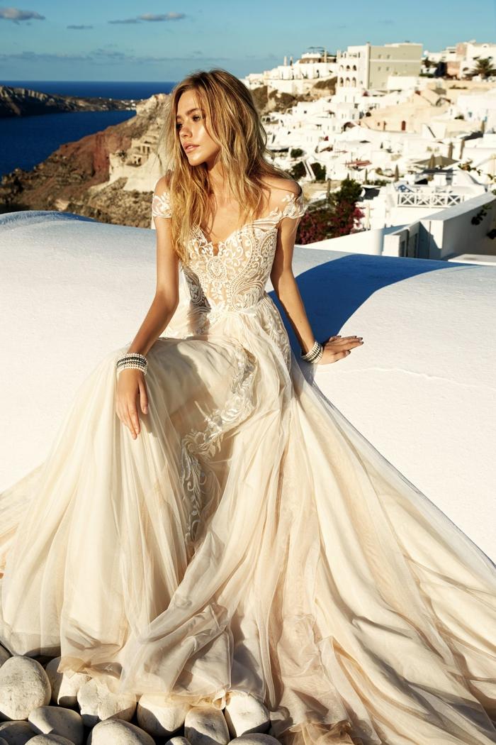 Belle robe de mariée coupe princesse, quelle robe pour quelle morphologie, photo en Grèce, mariage à Santorin
