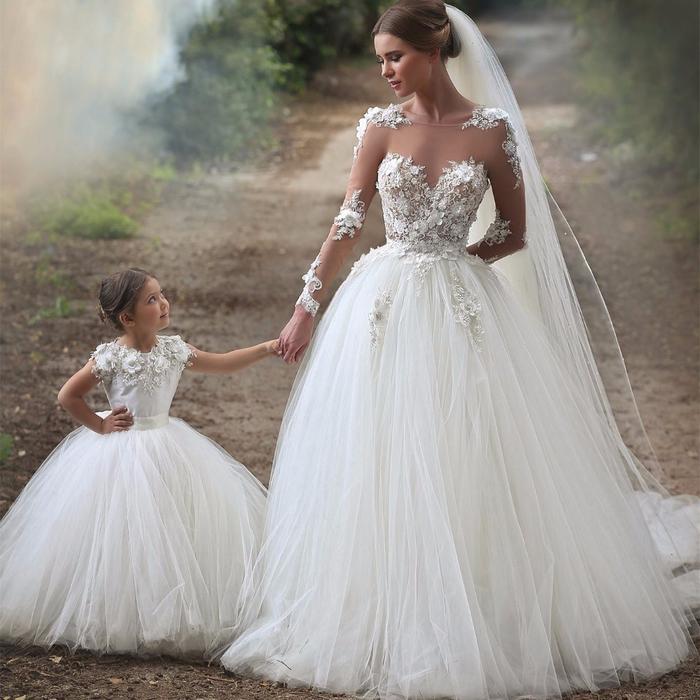 Femme et demoiselle adorable, robe de mariée magnifique princesse, les actualités chez les robes de mariage
