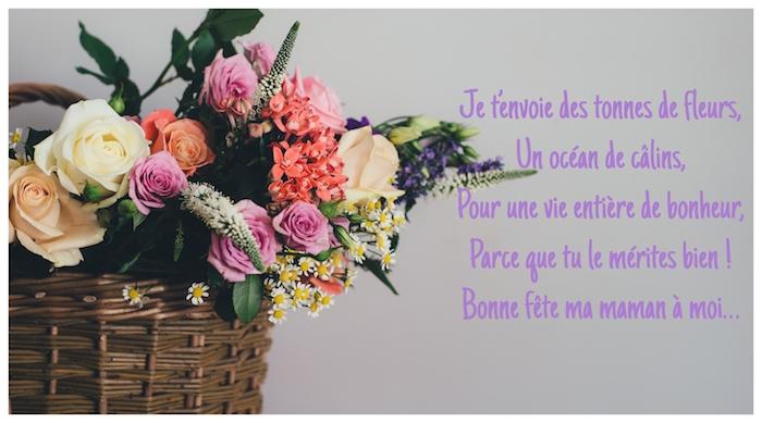 Basket de fleurs, roses et autres fleurs d'été, citation à envoyer à sa mère pour la saluer pour sa fête, envoyer message à maman, bonne fete maman