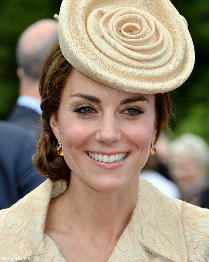 chapeau bibi en forme de rose, Kate Middleton, chignon bas, veste couleur crème
