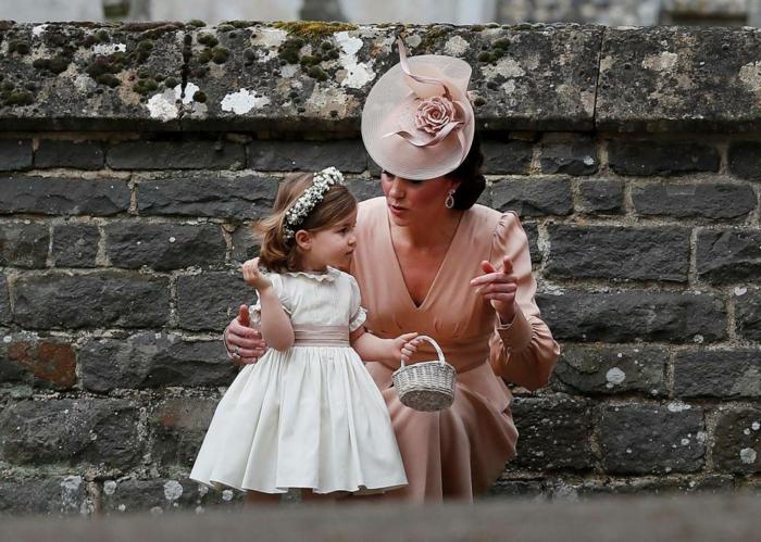 Kate Middleton en robe couleur rose pêche, chapeau femme ceremonie, petite princesse en robe blanche