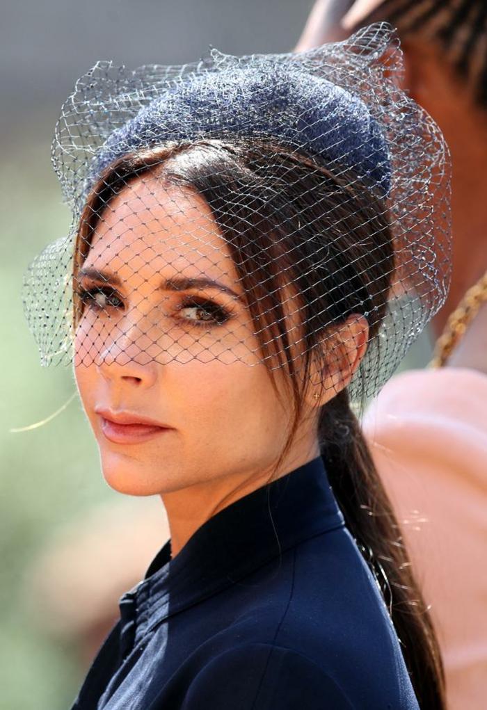 chapeau femme mariage, voilette cage, Victoria Beckham, tenue élégante noire