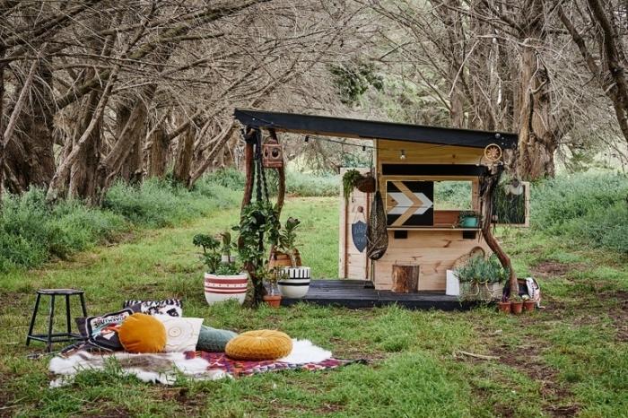 diy maison bois avec terrasse et toit en noir, idée abri de jardin de style hippie chic, idée cabane en palette ou bois recyclé
