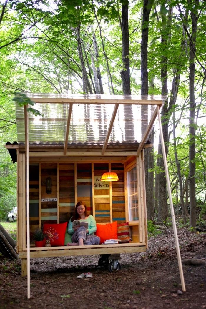 comment faire une maison en palette ou bois recyclé, idée coin de lecture pour jardin à faire soi-même, bricolage jardin avec bois
