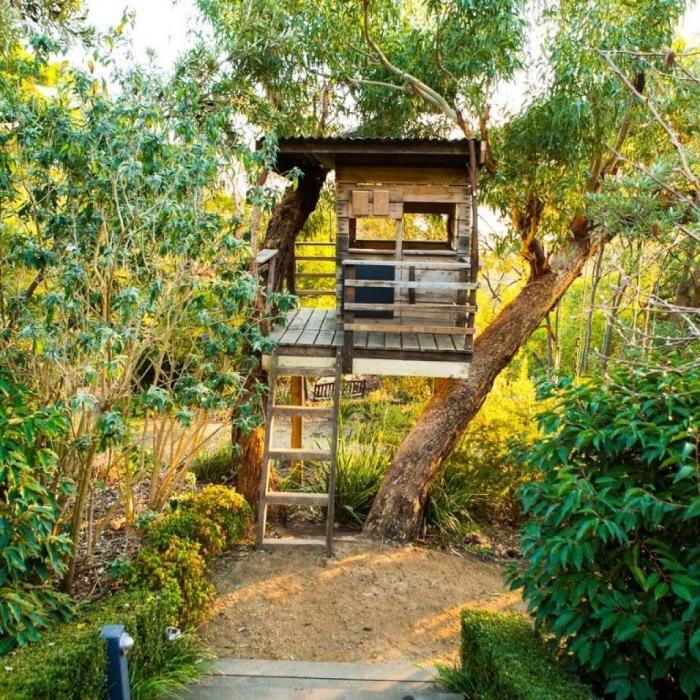 exemple de construction en palette ou bois recyclé, idée abri jardin à faire soi-même pas cher, maison bois avec échelle