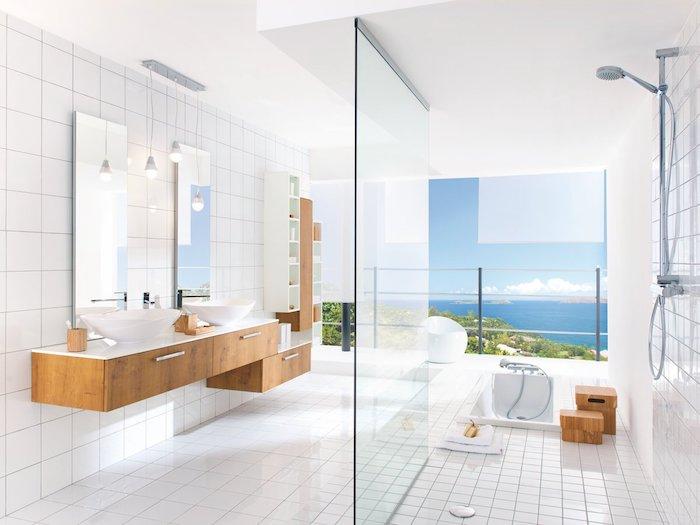 Belle vue de la mer de la salle de bain en bois et blanc, les plus belles salles de bain modernes, modèle de la pièce