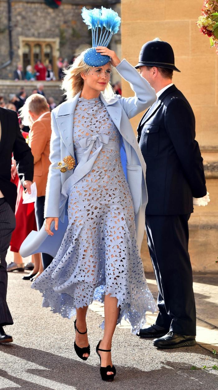 chapeau bibi vintage bleu, longue robe aux découpes, veste bleue, serre tete mariage