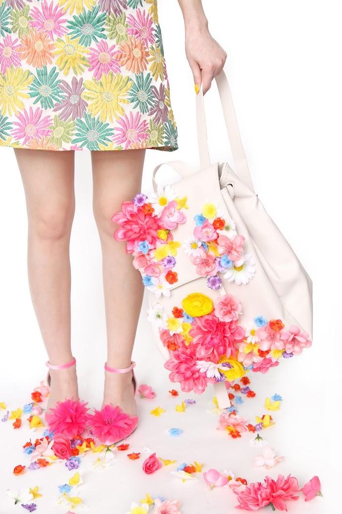 idée cadeau copine, exemple de sac à dos blanc customisé avec fleurs artificielles, modèle robe courte à motifs floraux