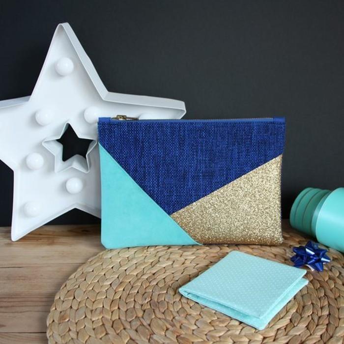 modèle de pochette personnalisée avec tissu turquoise et tissu doré, cadeau original pour sa meilleure amie