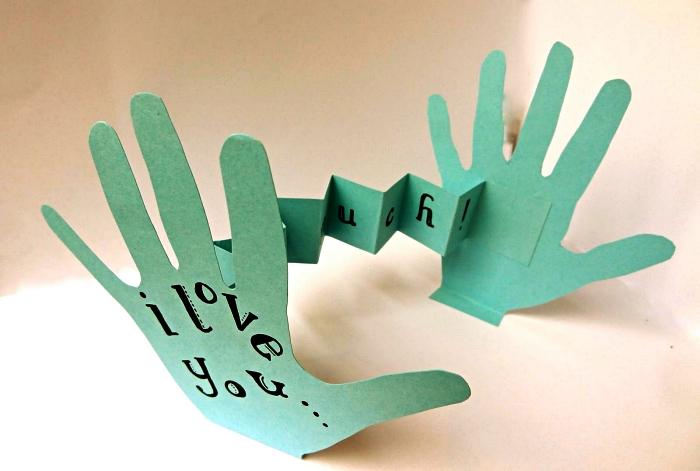 carte accordéon pour la fête des mères réalisée avec les empreintes de mains découpées, idée de bricolage fête des mères avec jeu de découpe
