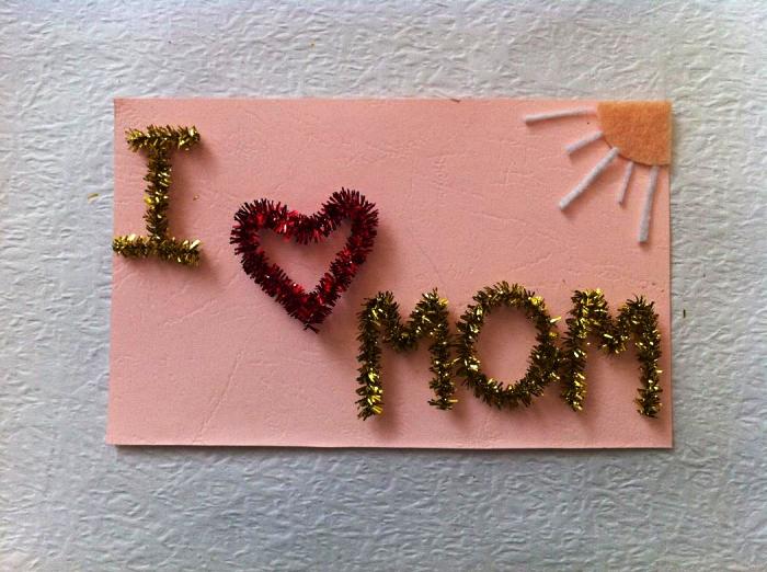 idée de cadeau pour la fête des mères à faire soi-même en maternelle, une carte bonne fête maman décorée de chenilles métallisées et d'un soleil en feutre