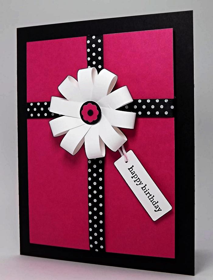 faire une carte d'anniversaire avec motif fleur en 3d, carte de voeux personnalisée en rose et noir décorée de fleurs en papier 3d et d'étiquette joyeux anniversaire