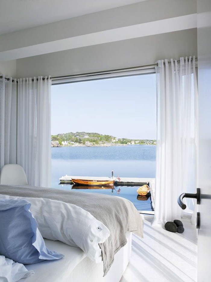 Belle vue de la mer, chambre vaste et claire, grand fenêtre, rideaux blanc transparentes, idée comment ranger sa chambre, idée rangement chambre