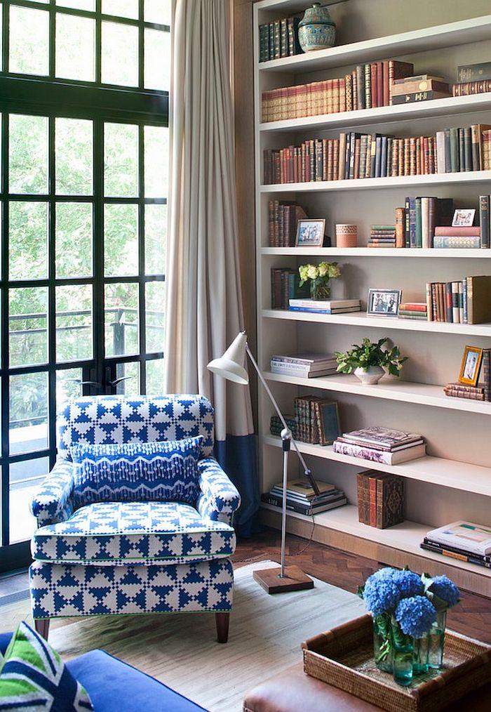 Fauteuil bleu et blanc style vintage, vase verre avec hortensia bleus idée comment ranger sa chambre, bibliothèque bien rangée, coin lecture