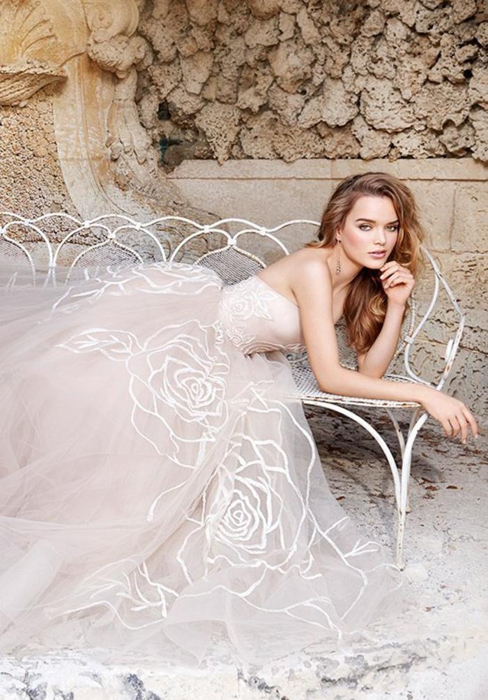 Roses en dentelle sur la jupe et le corsage, magnifique robes de mariée princesse rose, robe de mariée bohème tendance 2019