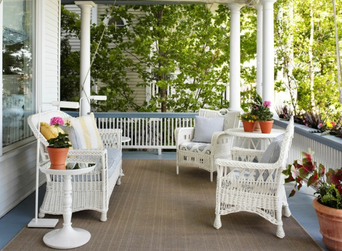 deco veranda ouverte, chaises tressées blanches, tapis beige, vérnda ouverte, fleurs en pots