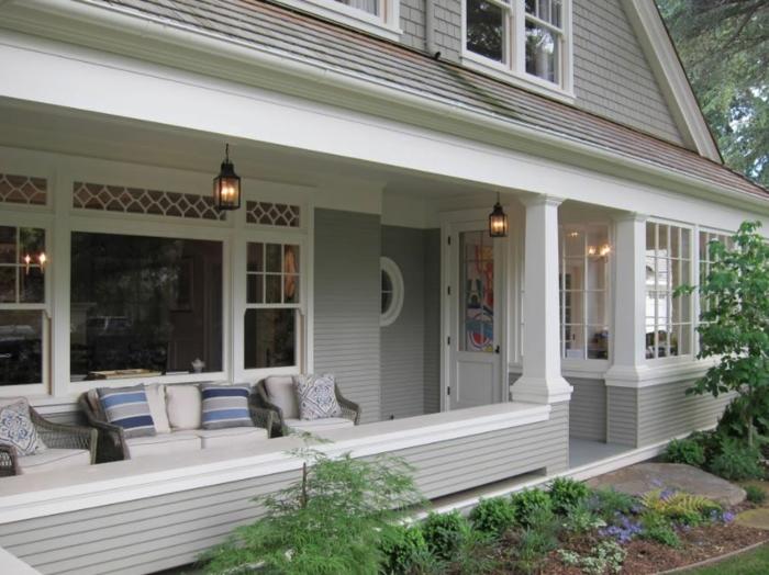 modele de veranda sur terrasse, lanternes suspendues, sofa et coussins déco, maison en gris et blanc