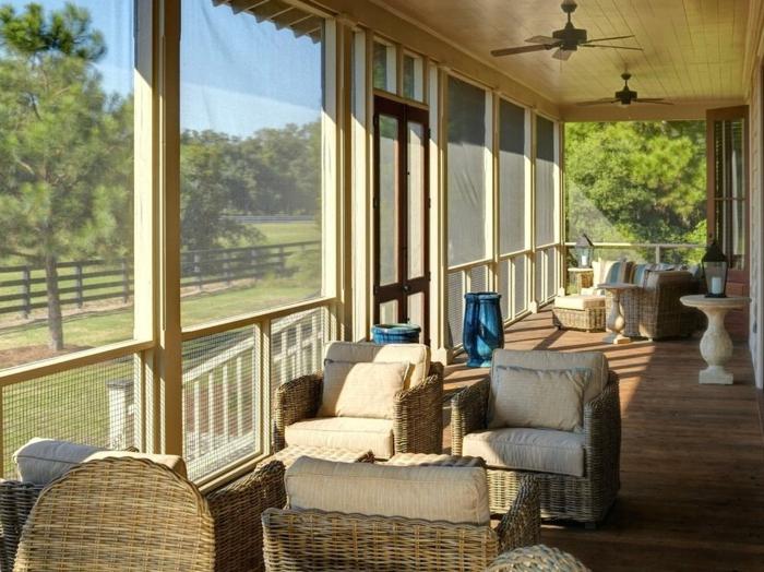 deco veranda simple et fonctionnelle, meubles en rotin, lampe ventilateur, véranda vitrée