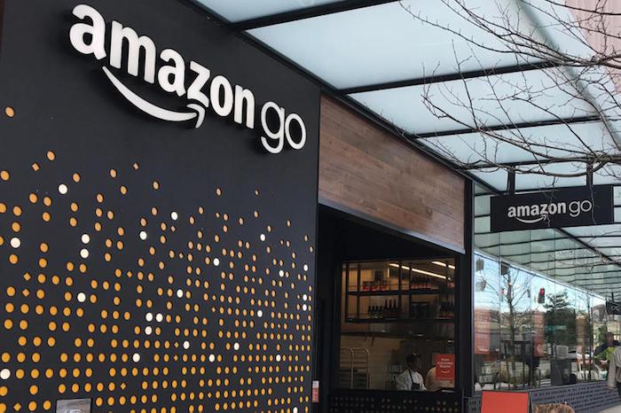 photo devanture magasin Amazon Go sans caisse qui devrait instaurer les paiements par cash et carte bientôt