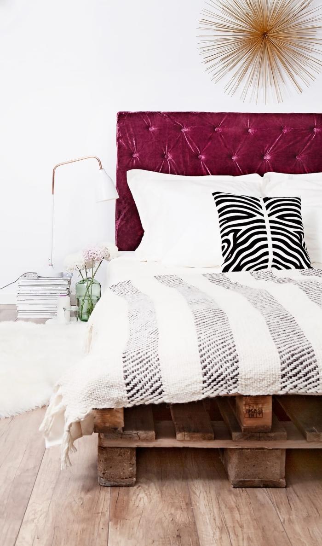 réaliser une tête de lit boutonnée soi-même, déco chambre fille avec lit en palette, idée que faire avec des palettes
