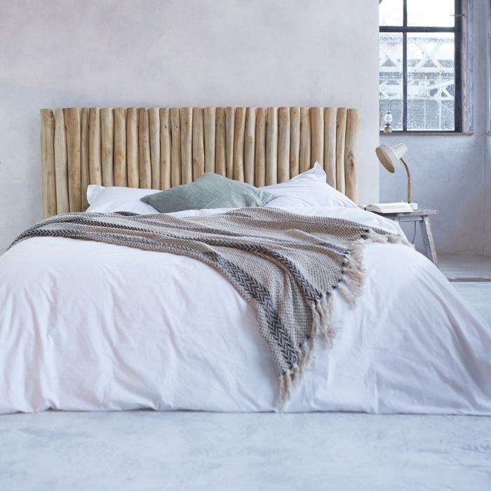 réaliser une jolie tete de lit bois flotté, peinture à effet béton ciré pour la chambre à coucher, modèle lampe de chevet blanche