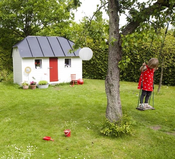construire une cabane avec des palettes, exemple de construction de jardin aux murs blancs avec porte rouge