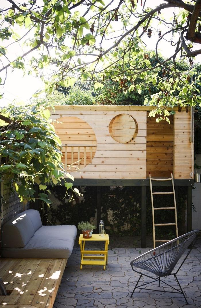 comment décorer sa cour arrière avec petite maison bois DIY, espace jeux d'enfant extérieur à faire soi même