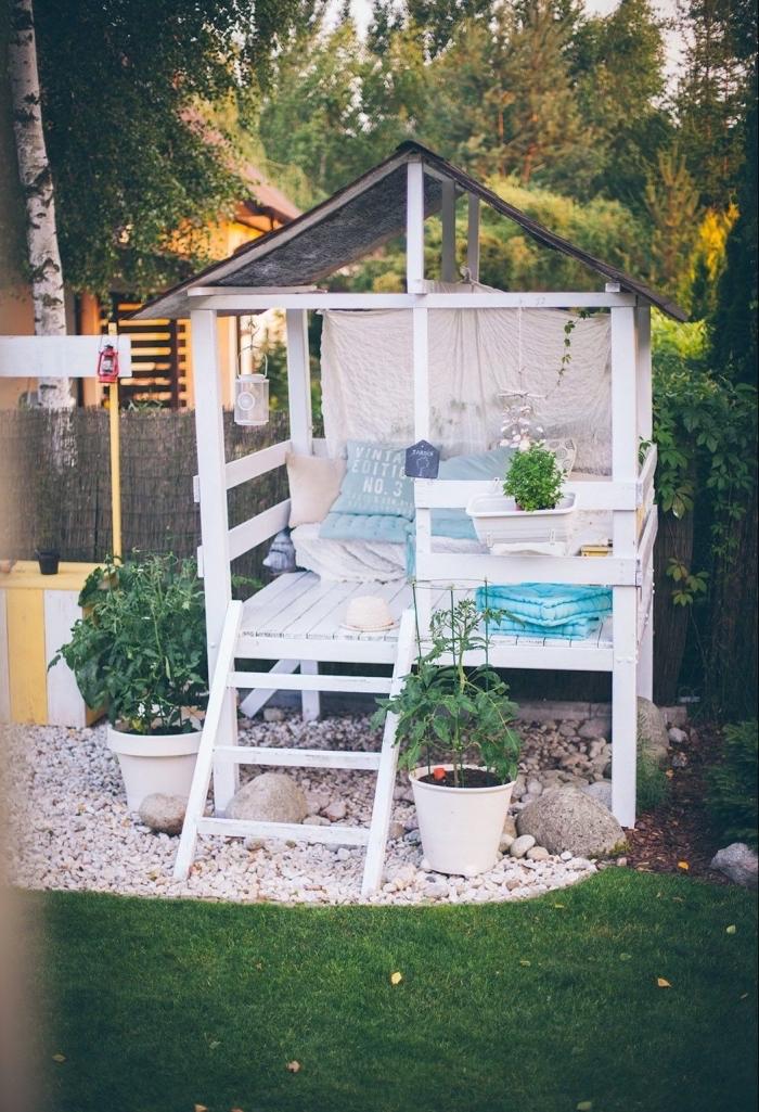 idée maison en palette, modèle de maison avec toit en triangle sans murs avec terrasse en bois blanc et petite échelle