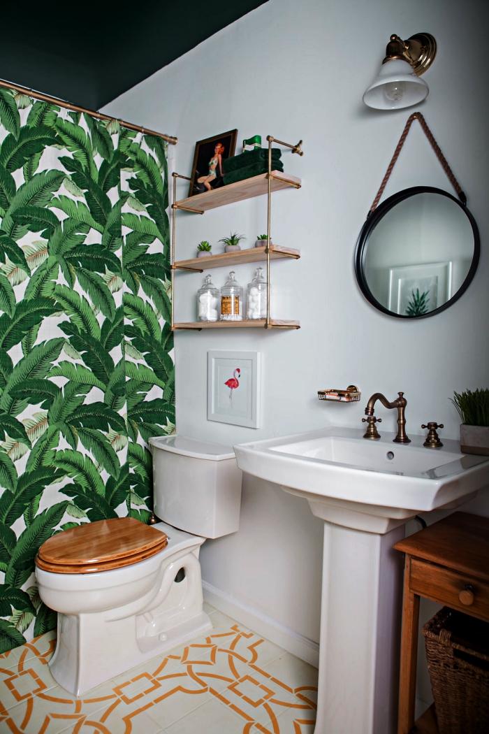 aménagement d'une petite salle de bain 4m2 aux avec rideau de douche à motifs tropicaux qui s'harmonise avec les carreaux de ciment vintage graphique du sol