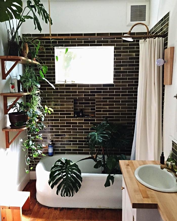 idée d'aménagement d'une petite salle de bain 4m2 avec baignoire, carrelage en nuances du vert foncé et un décor végétal de pots de plantes
