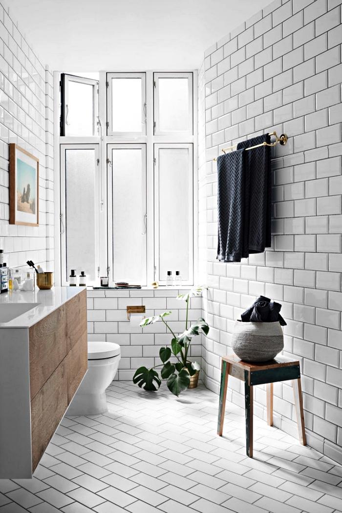 aménagement d'une petite salle de bain 5m2 dans un style scandinave épuré, carrelage métro blancs adouci par quelques accents en bois et noir