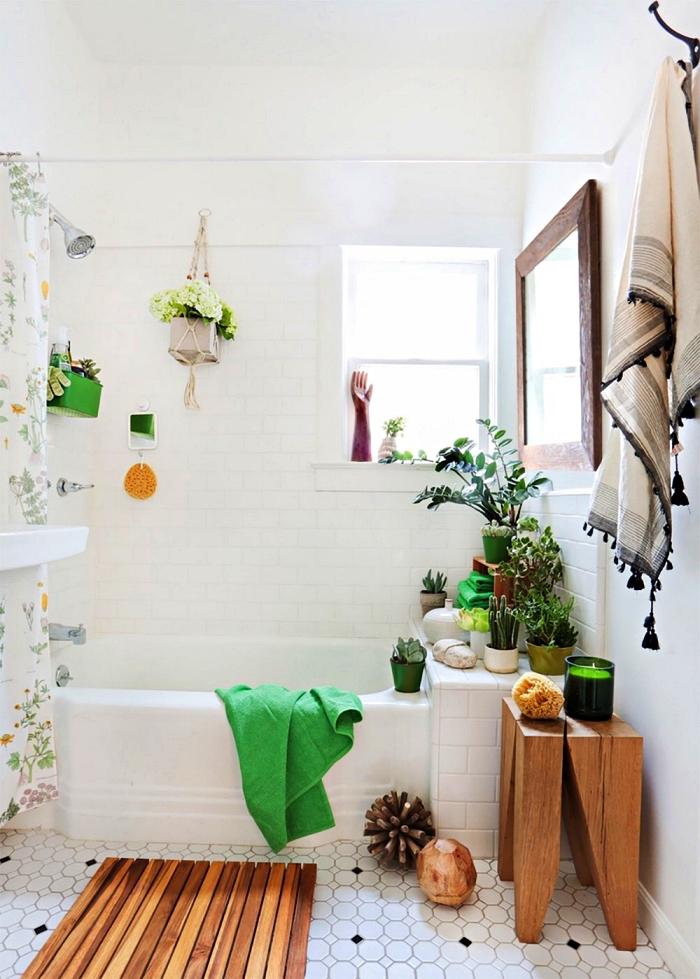 l'aménagement d'une petite salle de bain 4m2 à l'esprit bohème, salle de bains blanche avec douche-baignoire, aux accents verts et bois