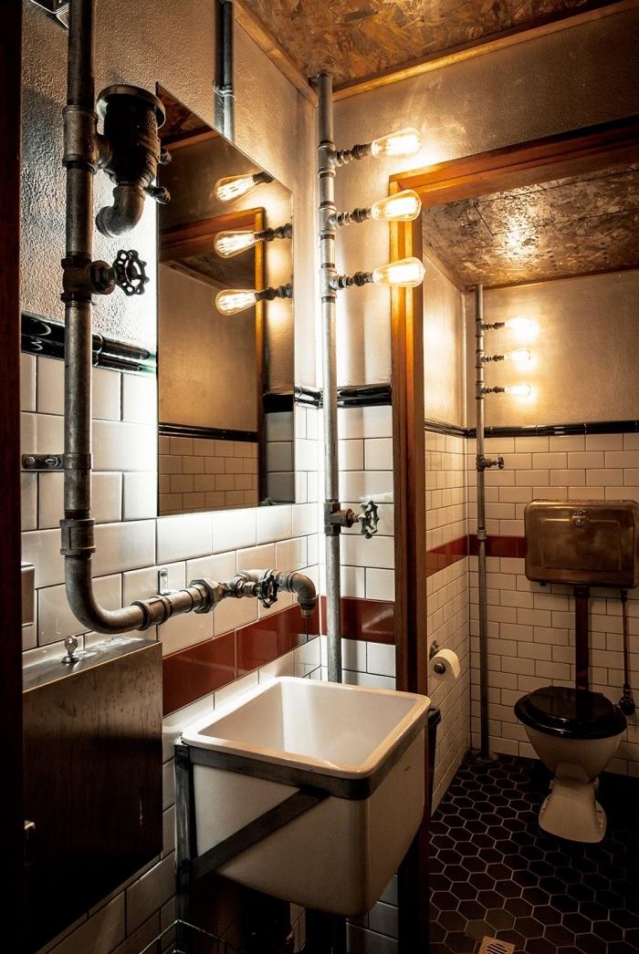 comment décorer une salle de bain de style industriel, petite salle de bain aux murs dalles blanches avec tuyaux gris
