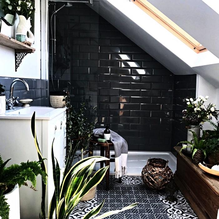 aménagement d'une petite salle de bain 5m2 sous les combles, salle de bains bohème au sol en carreaux de ciment avec baignoire au sol délimitée par un mur en carrelage métro noir